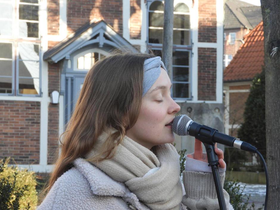 Luna, Martens, Musiker, Künstler, Sängerin, Reinbek, Bergedorf, Hamburg, Strassenmusik, Talent, schöne Stimme, Sachsentor, zauberhaft, News, Nachrichten